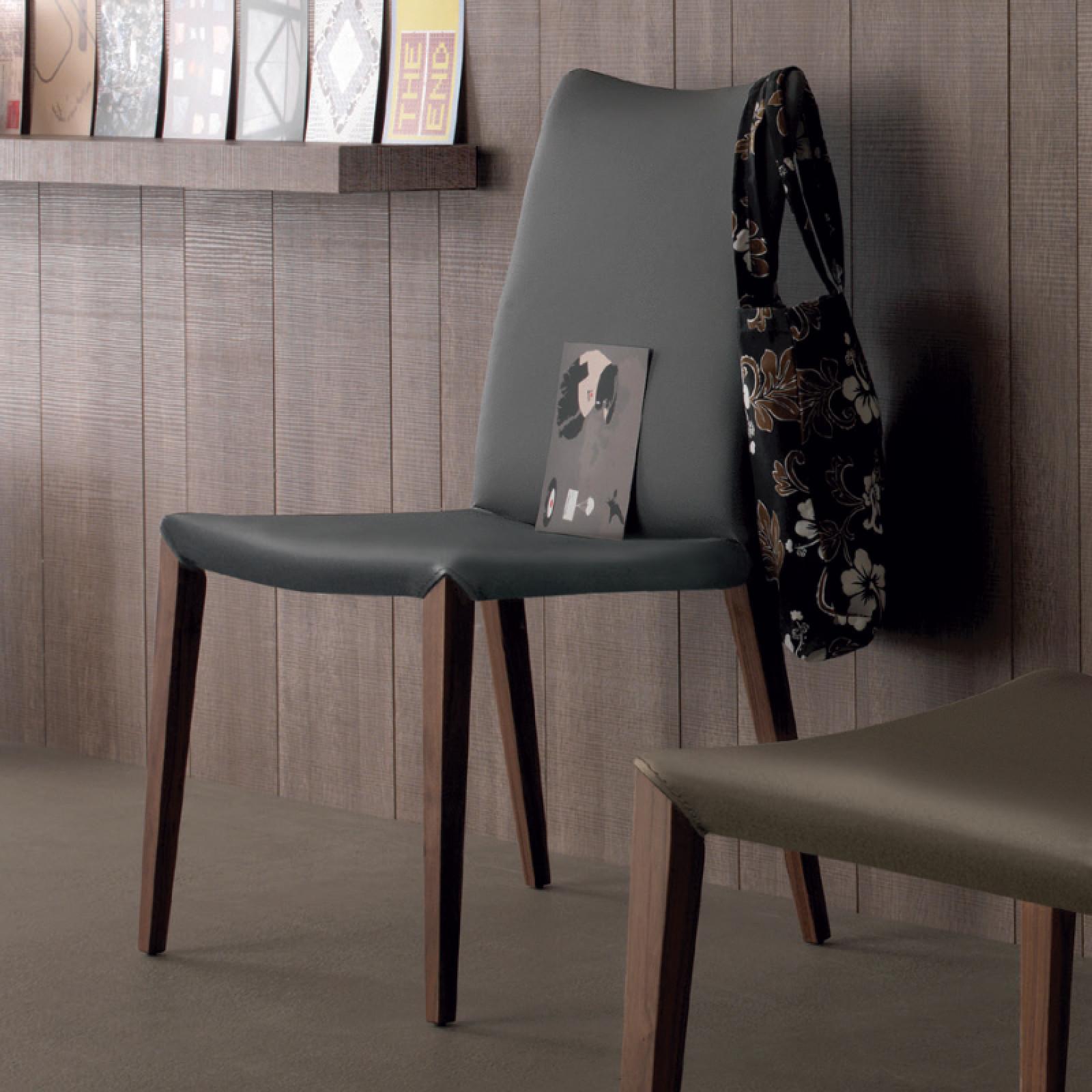 Flora 623 kőrisfa szék újrahasznosított bőr kárpittal